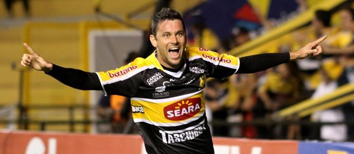 Giancarlo comemora gol do Criciuma sobre São Bernardo (Foto: Fernando Ribeiro/Agência Estado)