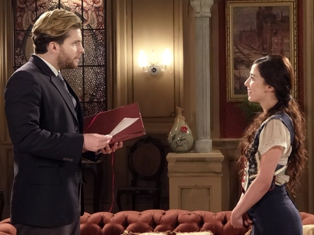 Laura conta para Edgar que escreve como Paulo Lima (Foto: Lado a Lado/TV Globo)