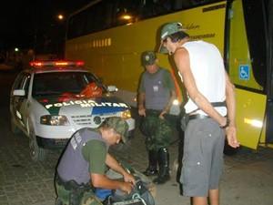 Homem é preso dentro de ônibus com 25 aves silvestres, em Guaçuí, Espírito Santo (Fot Divulgação/ Polícia Ambiental do ES)