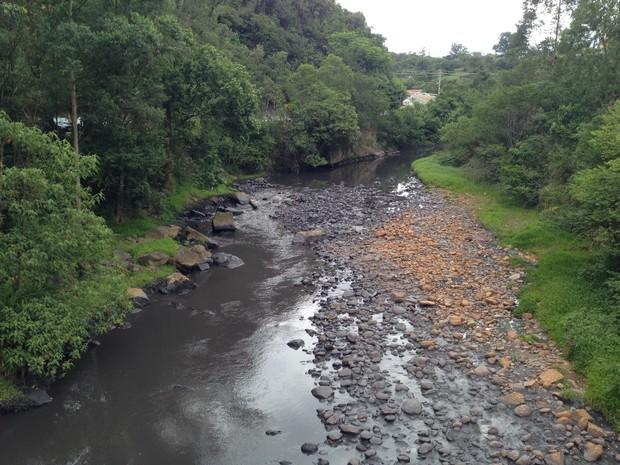 Dejetos de carvão avançam sobre o Rio Tubarão (Foto: Marco Antonio Mendes/RBS TV)