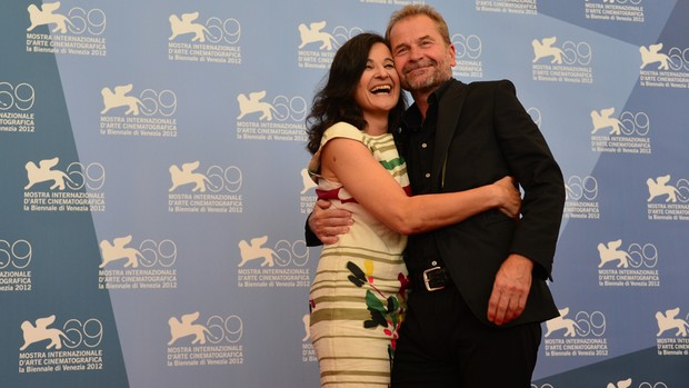 31 de agosto - Atriz Maria Hofstatter abraça o diretor Ulrich Seidl no Festival de Veneza; eles promovem o longa 'Paradies: Glaube' no evento (Foto: Gabriel Bouyis/AFP)