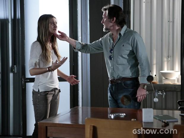Ela convence LC de que tentou impedir Marlon de fugir (Foto: Felipe Monteiro/TV Globo)