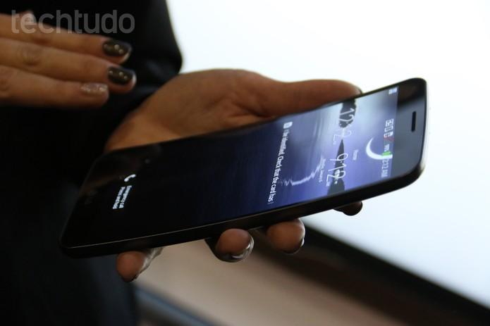 Foblet LG G Flex é difícil de ser usado com uma só mão (Foto: Fabricio Vitorino/TechTudo)