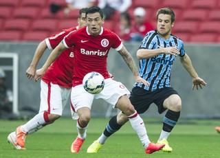 Aránguiz e Ramiro na disputa de bola (Foto: Alexandre Lops/Divulgação Inter)