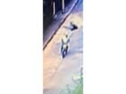 Mulher resiste a assalto e é arrastada por criminoso em motocicleta; veja