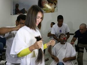 A servidora da PRF, Khrislainne Nobotike, decidiu cortar os cabelos ao ver a ação dos policiais  (Foto: Nathália Lorentz/G1)
