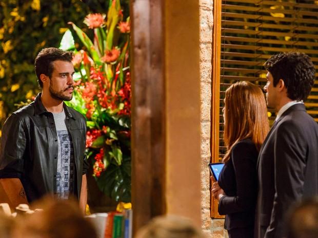 Enrico chega de surpresa ao restaurante (Foto: Artur Meninea/Gshow)