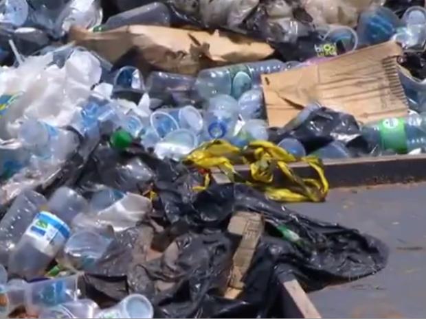 Lixo que restou dos Jogos Mundiais dos Povos Indígenas (Foto: Reprodução/TV Anhanguera)