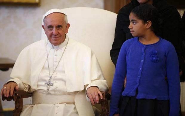 O Papa Francisco fala com a filho do presidente de Cabo Verde durante audiência nesta segunda-feira (3) no Vaticano (Foto: AFP)