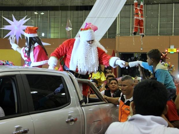 Crianças entregaram cartas ao Papai Noel (Foto: Rickardo Marques/G1 AM)
