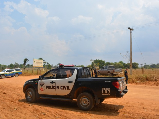 Durante perseguição, vítima perdeu controle da caminhonete (Foto: Jonatas Boni/ G1)