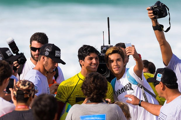 Gabriel Medina tira fotos com fãs no Rio de Janeiro (Foto: Pedro Martins/AGIF/Agencia O Globo)
