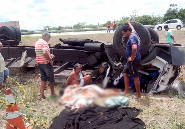 Ao perder o controle da direção, no Km 164, o motorista saiu da pista e capotou o veículo (Foto: Divulgação/Corpo de Bombeiros do RN)