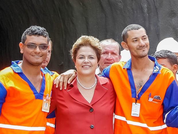 Dilma posa para foto com operários no túnel Túnel Cuncas II, nas obras do Rio São Francisco  (Foto: Roberto Stuckert Filho/PR)