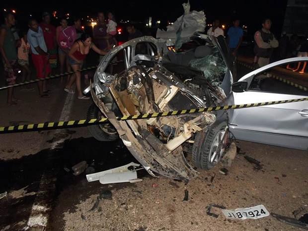 Batida entre carro e caminhão deixa um morto e um ferido no oeste da BA Acidente foi na noite de sexta-feira (16), em Luís Eduardo Magalhães. PRF informou que condutor do caminhão fugiu após acidente.