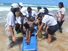 Projeto leva pessoas com deficiência para tomar banho de mar em Vilas