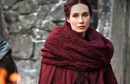 Melisandre acredita que o Senhor da Luz, que derrotou os Outros com a espada Luminífera, vai voltar como Azor Ahai para proteger o reino novamente. Seria Jon, Daenerys, o filho dos dois ou então Bran? HBO