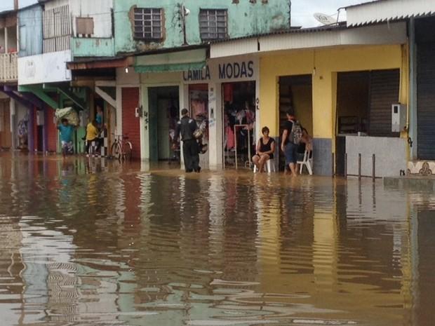 Rua João Alfredo amanheceu inundada pelo Rio Madeira na manhã desta quinta, 3, em Porto Velho (Foto: Ísis Capistrano/ G1)