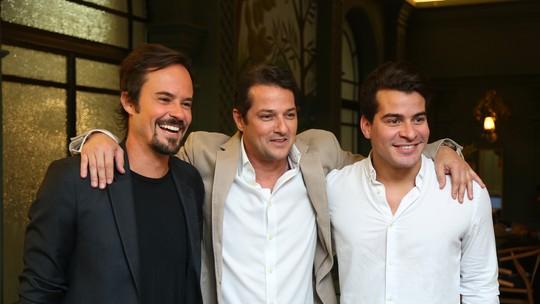 Thiago Martins se diverte com elenco durante lançamento de 'Pega Pega'