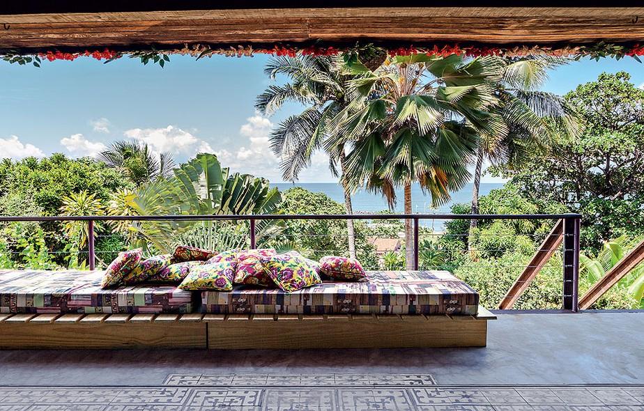 A visão da natureza exuberante é a estrela neste terraço localizado em Olinda, Pernambuco. Projeto dos arquitetos Cristiano Sá Motta e Ricardo Gruner