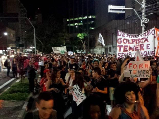 Grupo protesta contra Michel Temer, em Campinas (Foto: Valério Paiva)