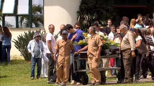 Sob aplausos, Carlos Alberto Silva  é sepultado em Belo Horizonte