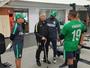 De bengala após cirurgia, Rueda volta ao trabalho no Atlético Nacional