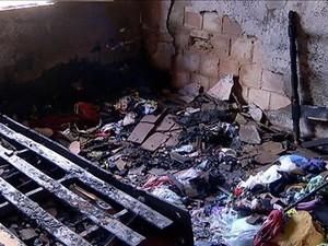 Quarto onde crianças estavam foi destruúido pelo incêndio  (Foto: Reprodução/Inter TV)