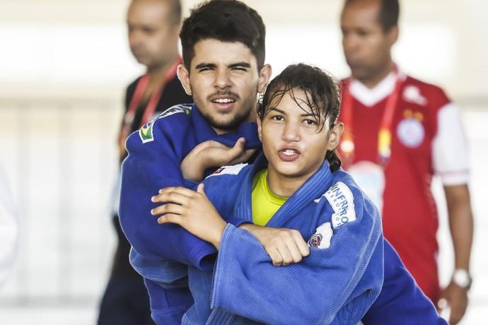 Sarah Menezes treina com atleta paraibano durante Jogos Escolares da Juventude (Foto: Wander Roberto/Inovafoto/COB)