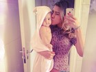 Ex-BBB Karla dá beijo na  filha após o banho: 'O dia não foi fácil'