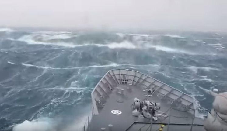 Um vídeo para os fortes: um navio de guerra contra uma