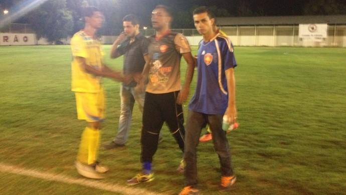 Presidente-treinador-goleiro sai exausto, mas não evita derrota (Foto: Nailson Wapichana)