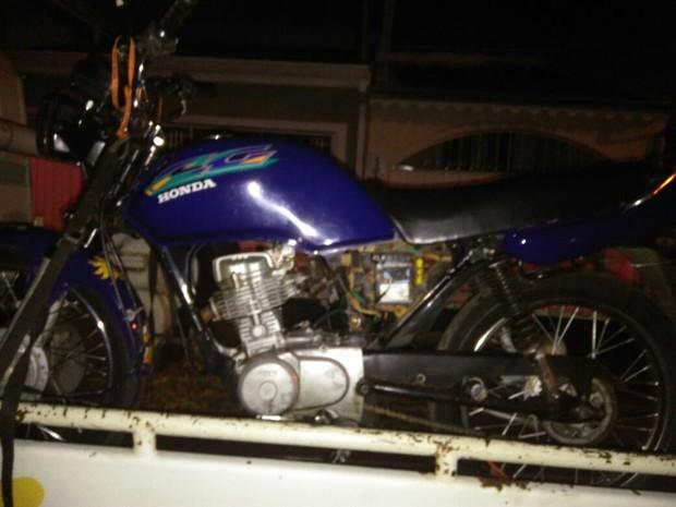 Moto suspeita chamou atenção dos policiais (Foto: PM/Divulgação)