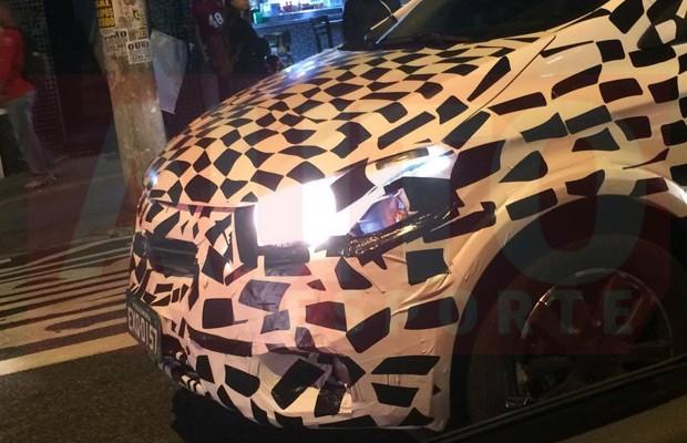Chevrolet Onix renovado é flagrado rodando camuflado (Foto: Augusto Piovesan)