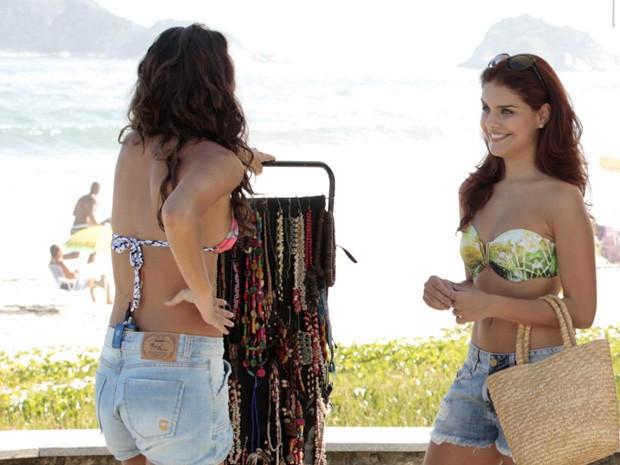 Paloma bate-papo com Ana Terra antes de começar a gravar  (Foto: Salve Jorge/TV Globo)