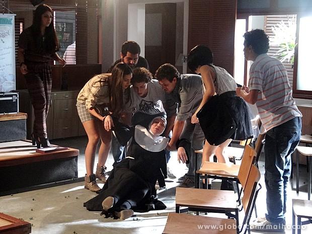 A regente Regina não percebe as bolinhas no chão e escorrega (Foto: Malhação / TV Globo)