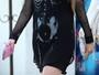 Avril Lavigne se descuida e deixa mamilo à mostra durante passeio