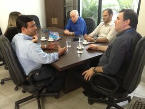 Presidente da Câmara Municipal, Léo Rodrigues, reunido com diretoria da TV RR (Foto: Vanessa Lima/G1 RR)