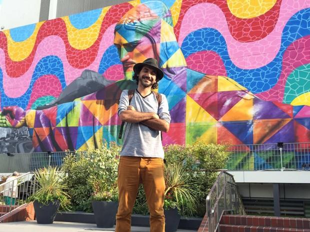 Kobra posa em frente à obra 'Rio', que inaugurou em Tóquio (Foto: Divulgação)