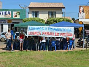 Servidores da educação emm frente a casa do governa dor (Foto: Eliete Marques/G1)