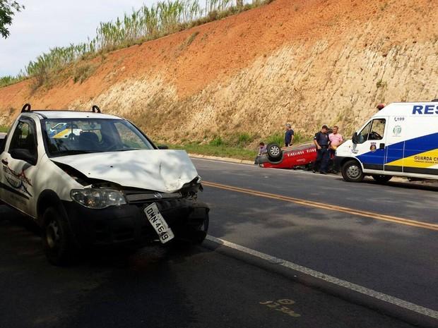 Colisão entre carros causou capotagem em São Sebastião da Grama (Foto: Guarda Municipal/Divulgação)