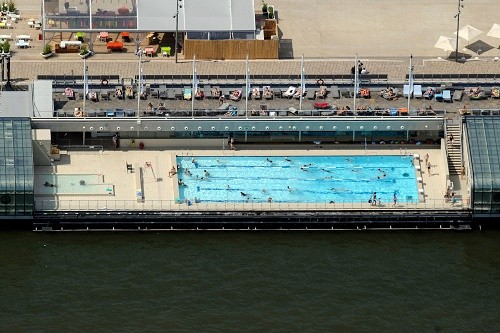Vista panorâmica da piscina Josephine Baker em Paris. Foto: AFP (Foto: Vista panorâmica da piscina Josephine Baker em Paris. Foto: AFP)