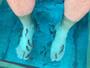 Luigi Baricelli mostra tratamento para os pés com peixes em aquário