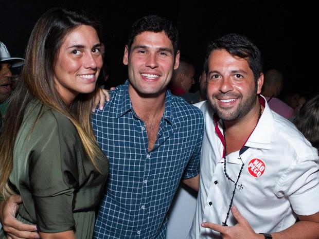 Dudu Azevedo com a namorada e um amigo (Foto: Raphael Mesquita/ Divulgação)