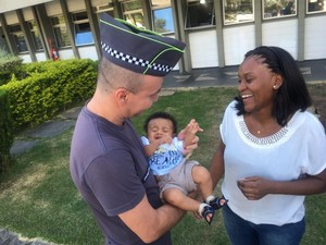 Policial encontra bebê que salvou de engasgamento por telefone em São José dos Campos (Foto: Camilla Motta/G1)