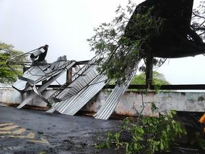 Cobertura de arquibanda caiu com o vento em Lutécia (Foto: Maurício Willian/Arquivo Pessoal)