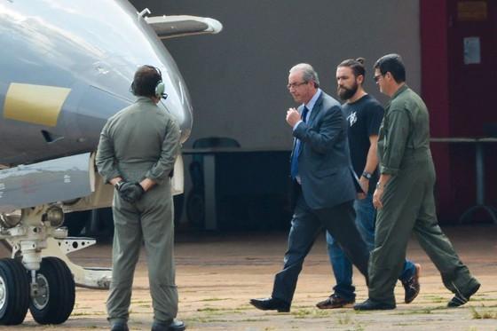 Eduardo Cunha é conduzido para avião da Polícia Federal para ser transferido de Brasília para Curitiba (Foto: Wilson Dias/Agência Brasil)