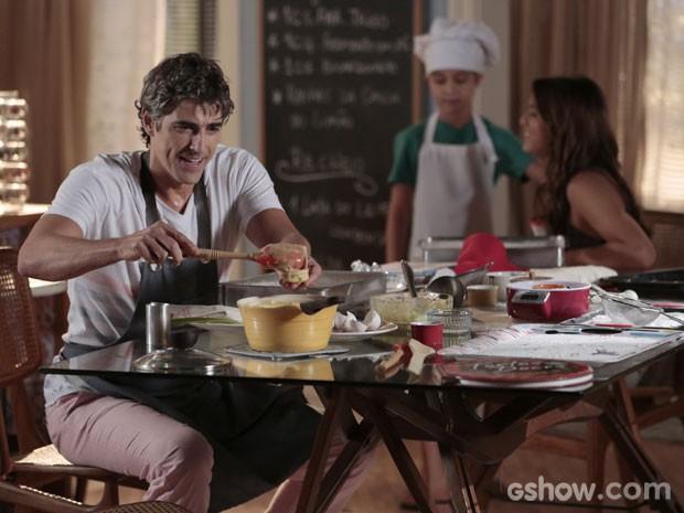 Cadu com a mão na massa fazendo os bem casados (Foto: Felipe Monteiro/TV Globo)