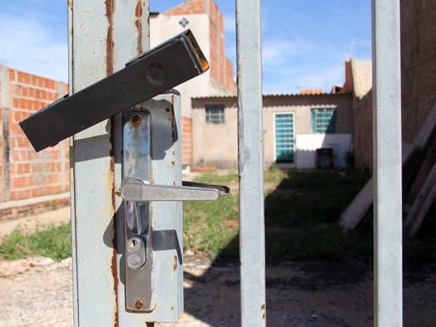 Casa está trancada desde a noite desta quarta-feira, dizem vizinhos (Foto: Fabio Rodrigues/G1)