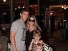Danielle Winits janta em churrascaria com Amaury Nunes e os filhos